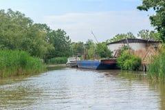 Danube rzeka i widok barka na letnim dniu i mały dom Vilkovo, Ukraina zdjęcie royalty free