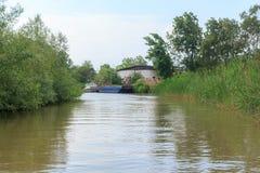 Danube rzeka i widok barka na letnim dniu i mały dom Vilkovo, Ukraina zdjęcia stock