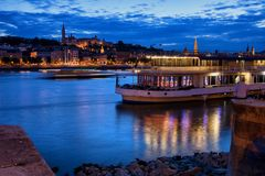 Danube rzeka przy Błękitną godziną w mieście Budapest fotografia stock