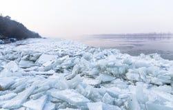 Danubio congelado con los barcos atrapados Fotos de archivo