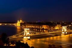 Danubio, puente de cadena y noche de Budapest Hungría del parlamento Fotos de archivo libres de regalías