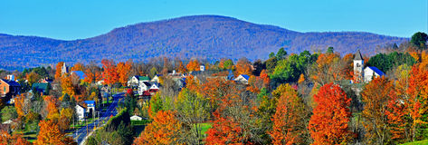 Danville rurale Vermont ha messo al sicuro nelle montagne verdi variopinte HDR Immagine Stock