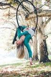 Danza aérea del aro de la mujer en bosque Foto de archivo