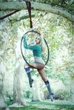 Danza aérea del aro de la mujer en bosque Fotografía de archivo