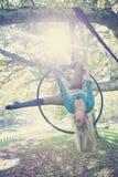 Danza aérea del aro de la mujer en bosque Imagen de archivo