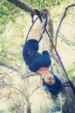 Danza aérea del aro de la mujer en bosque Foto de archivo libre de regalías