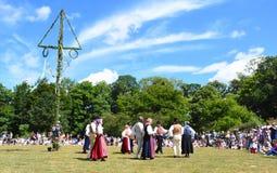 Danza alrededor del árbol del pleno verano en Suecia foto de archivo