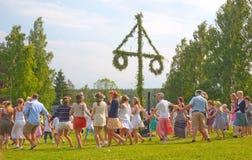 Danza alrededor del polo del pleno verano imagenes de archivo