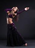 Danza atractiva de la mujer en traje árabe oriental Fotografía de archivo libre de regalías
