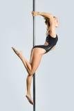 Danza atractiva joven del poste del ejercicio de la mujer Imágenes de archivo libres de regalías