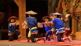 Danza camboyana tradicional de la cesta Imagen de archivo