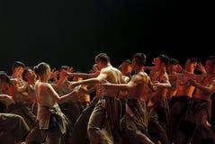 Danza china del grupo étnico   Imágenes de archivo libres de regalías