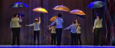 Danza con los paraguas Imagenes de archivo