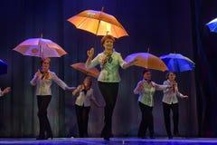 Danza con los paraguas Imagen de archivo