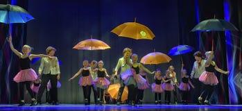 Danza con los paraguas Fotos de archivo libres de regalías