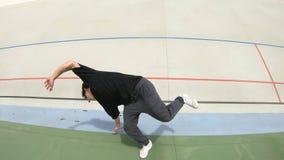 Danza contempor?nea del baile del hombre de Breakdancer en un estadio metrajes