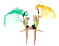 Danza de dos acróbatas de la belleza con el paño del vuelo Foto de archivo libre de regalías