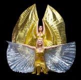 Danza de dos mujeres con las alas Imagenes de archivo