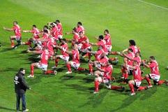 Danza de guerra del Tau de tongano Sipi antes del juego de rugbi Foto de archivo