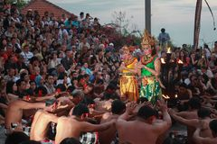 Danza de Kecak en Uluwatu que fue mirado por centenares de turistas extranjeros y locales cuando acercaba a oscuridad fotografía de archivo libre de regalías