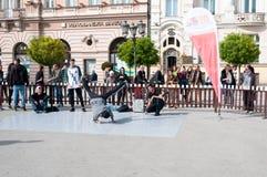Danza de la calle del baile del hombre joven imagen de archivo libre de regalías