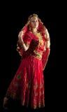 Danza de la chica joven en traje oriental indio rojo Imagenes de archivo