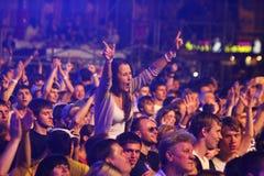 Danza de la gente durante concierto de rock Foto de archivo