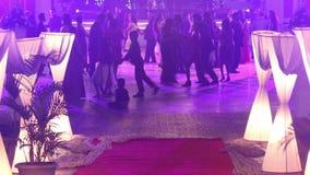 danza de la gente en el banquete de boda católico almacen de metraje de vídeo