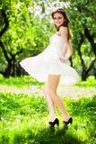 Danza de la muchacha de la sonrisa en la alineada blanca Fotografía de archivo libre de regalías