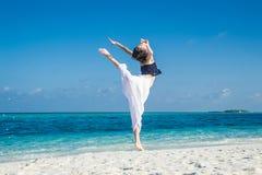 Danza de la muchacha en la playa tropical Imagen de archivo libre de regalías