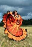 Danza de la muchacha gitana en un campo Fotos de archivo