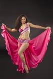 Danza de la mujer de la belleza en traje del árabe de la rosa Foto de archivo