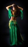 Danza de la mujer de la belleza en traje verde Imágenes de archivo libres de regalías