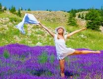Danza de la mujer en campo floral Foto de archivo libre de regalías