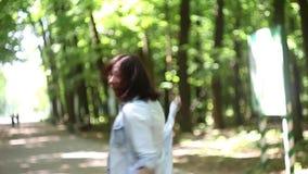 Danza de la mujer joven en el bosque almacen de metraje de vídeo