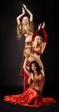 Danza de la mujer joven tres en traje árabe Imágenes de archivo libres de regalías