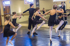Danza de las muchachas del ballet Foto de archivo