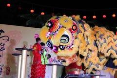 Danza de león con el tambor de China Imagenes de archivo