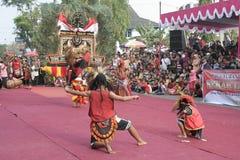 Danza de los centenares efectuada en Sukoharjo foto de archivo