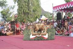 Danza de los centenares efectuada en Sukoharjo imagenes de archivo