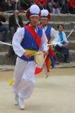 Danza de los granjeros en la aldea popular coreana Foto de archivo libre de regalías