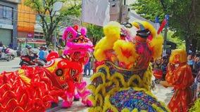 Danza de los muchachos del primer en Lion Dress de lujo en la calle Vietnam almacen de metraje de vídeo