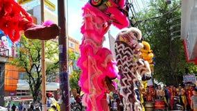 Danza de los muchachos del primer en Lion Dress de lujo por Shopfront en Vietnam metrajes