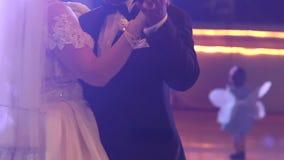 danza de novia y del novio en el banquete de boda metrajes