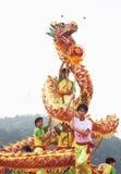 Danza de oro asiática del dragón Fotos de archivo libres de regalías