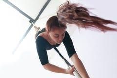 Danza de poste encima de la posición de abajo lateral Imagen de archivo