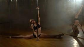 Danza de poste Muchacha flexible que hace la fractura horizontal, cámara lenta almacen de video
