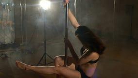 Danza de poste Muchacha hermosa que hace girar alrededor el pilón, cámara lenta almacen de video