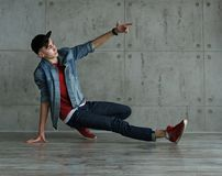 Danza de rotura adolescente del baile del muchacho Fotos de archivo libres de regalías
