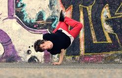Danza de rotura del baile del adolescente en la calle Fotos de archivo